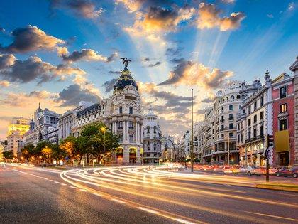La capital española tiene sus grandes atracciones turísticas. La Plaza Mayor es una visita obligada, y desde allí el Palacio Real y la Puerta del Sol están cerca. La Gran Vía es una cita para las grandes marcas de moda con lo último en tendencias y terminar por la tarde en algún bar de tapas