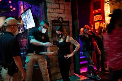 Gente en un bar con tapabocas en Austin, Texas (Picture taken May 22, 2020. REUTERS/Nuri Vallbona)