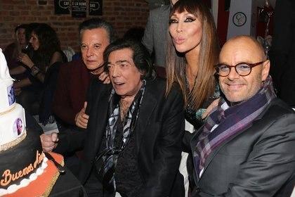 El doctor Rubén Mühlberger junto a Cacho Castaña, Palito Ortega y Moria Casán