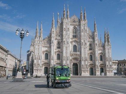 """La imponente Plaza del Duomo de Milán, en plena pandemia. Cuando el coronavirus llegó a Europa, a Bérgamo le decían """"la Wuhan de Italia"""". Esta ciudad de la Lombardía fue el epicentro de la pandemia en su país. EFE/EPA/ANDREA FASANI/Archivo"""