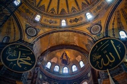 10/07/2020 Imagen del interior de Santa Sofía, en Estambul. Yasin Akgul/dpa