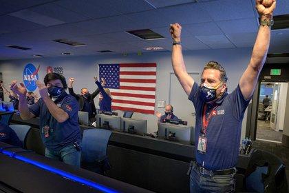 Miembros del equipo de la NASA celebran luego de que el rover Perseverance aterrizara con éxito en la superficie de Marte. (NASA/Bill Ingalls/via REUTERS)
