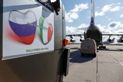 Los militares rusos cargan equipos médicos y vehículos especiales de desinfección en aviones de carga mientras envían el suministro a Italia, en un aeródromo militar en la región de Moscú, Rusia, 22 de marzo de 2020. (Ministerio de Defensa ruso / Alexey Ereshko / Reuters)