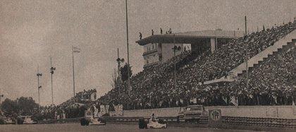 Reutemann adelante y un Autódromo de Buenos Aires reventado de público (Archivo CORSA).