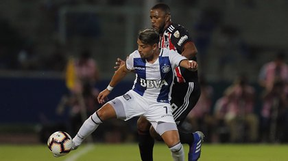 Argentina's Talleres forward Sebastian Palacios (front) vies for the ball with Brazil's Sao Paulo FC midfielder Jucilei during their Copa Libertadores football match at Mario Alberto Kempes Stadium in Cordoba, Argentina on February 6, 2019. (Photo by DIEGO LIMA / AFP)