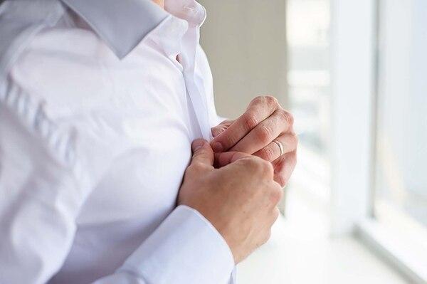 Las más propensas a dañarse son las camisas blancas (iStock)