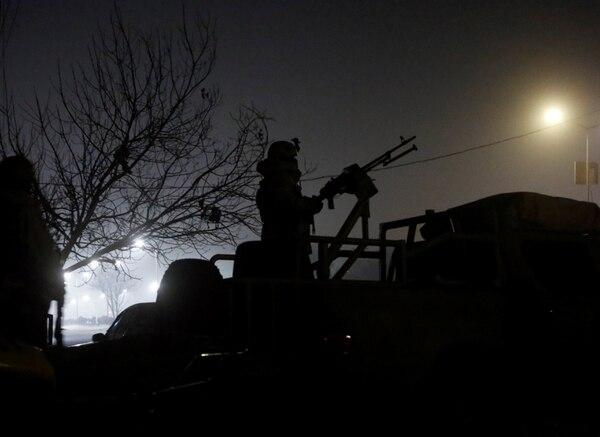 Tropas afganas en las afueras del hotel (Reuters)