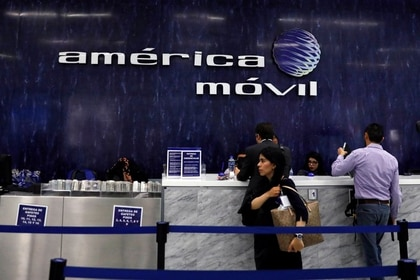 El logotipo de America Movill se ve en la pared en las oficinas corporativas de la compañía en Ciudad de México, México, 14 de marzo de 2018. REUTERS / Carlos Jasso / Foto de archivo