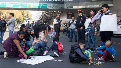 Padres de niños con cáncer han realizado bloqueos en el Aeropuerto Internacional de la Ciudad de México en los últimos meses (Foto: Cuartoscuro)