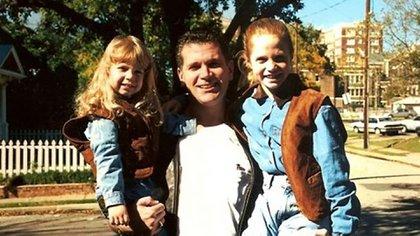 John David Battaglia con sus dos pequeñas hijas, Faith y Liberty, a quienes asesinó para vengarse de su ex esposa hace casi dos décadas