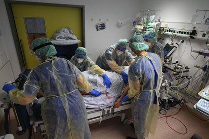 Trabajadores sanitarios atienden a un paciente con COVID-19 en la sala de cuidados intensivos del Hospital Robert Bosch en Stuttgart, Alemania, Andreas Gebert, Bloomberg.