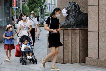 Una familia camina en Tokio (Reuters)