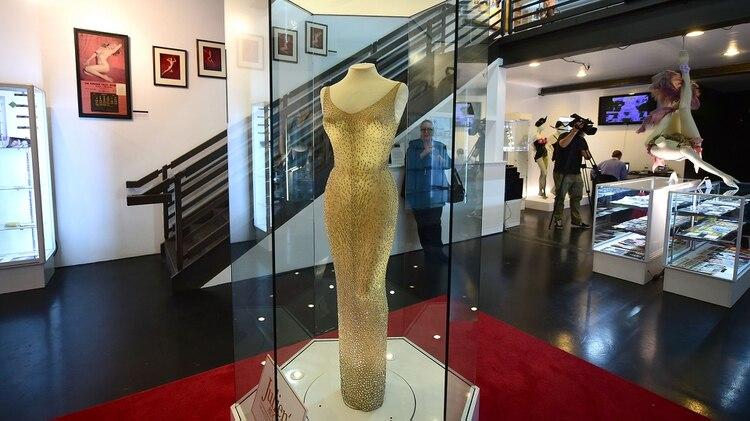 El vestido, muchos años después, se subastó. Pujaron varios por quedárselo. El millonario que se lo quedó pagó 1.300.000 dólares. En noviembre de 2016 volvió a salir a remate. Esta vez la cifra fue de casi 5 millones de dólares. Y se convirtió en el vestido más caro del mundo (AFP)