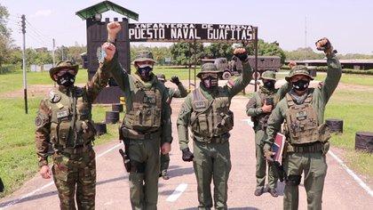 El comandante de la Armada en visita la vista del 23 de abril al Puesto Naval Guafitas en Apure