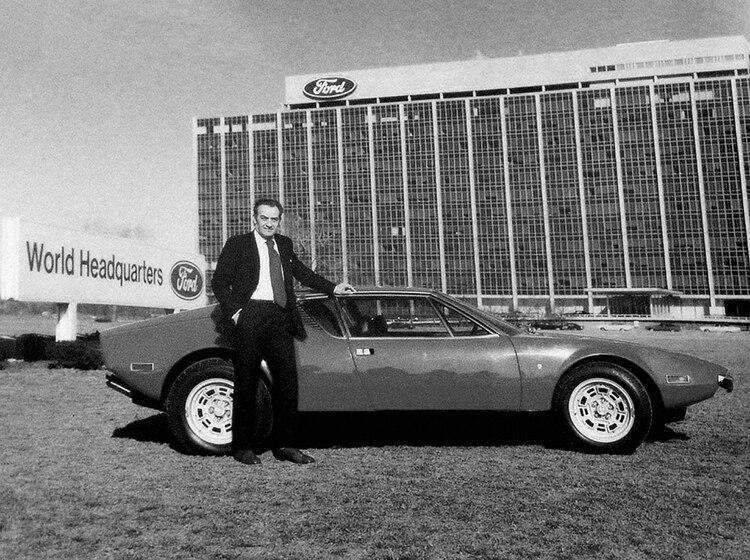 Alejandro De Tomaso con un Pantera original frente a la sede de Ford, en Dearborn, Michigan.