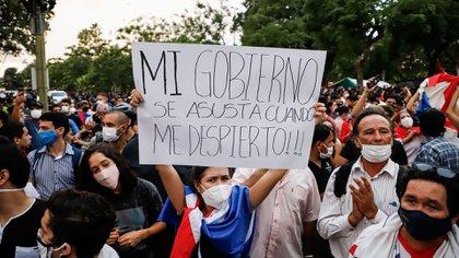 Una manifestante sostiene un cartel durante una manifestación frente al Congreso Nacional, en Asunción (EFE/Nathalia Aguilar)