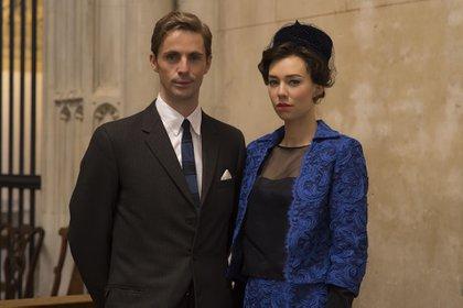 Matthew Goode interpretó a Antony en las dos primeras temporadas. Acá con Vanessa Kirby, su esposa en la ficcion (Netflix)