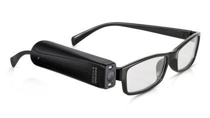 La cámara inteligente, que integra un altavoz, se adhiere de forma magnética a una de las patillas de los anteojos.