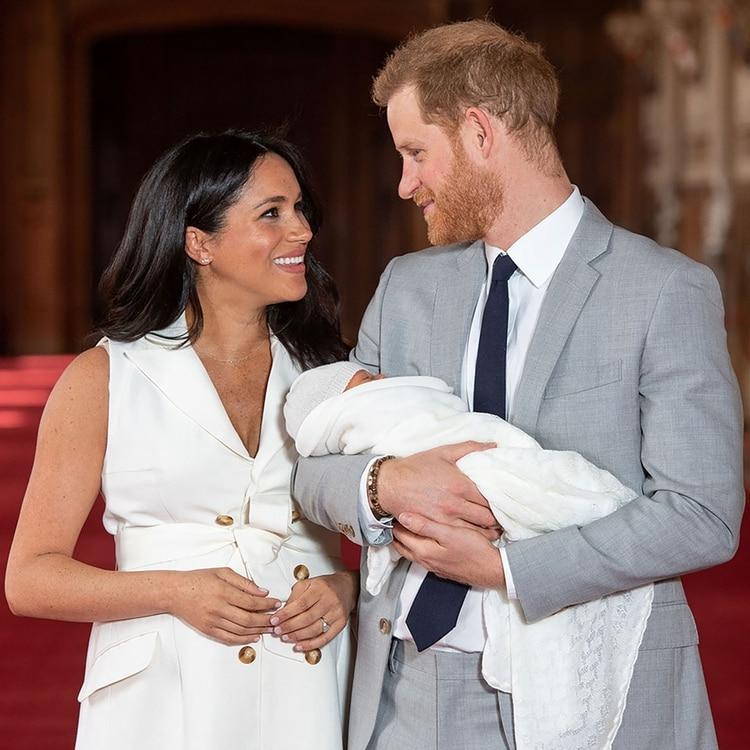 El príncipe Harry y Meghan Markle junto al pequeño Archie (REUTERS)