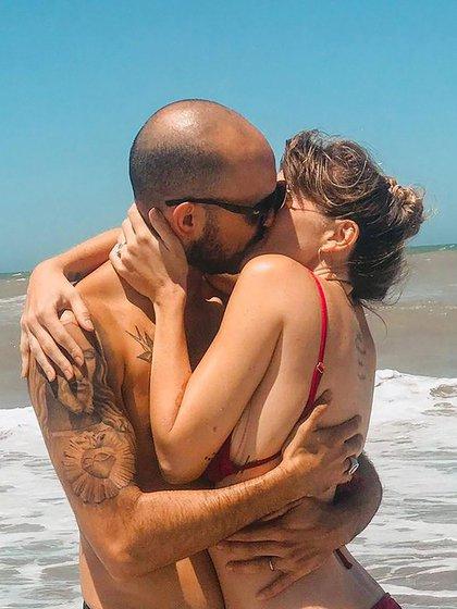 Abel PIntos besándose con Mora (IG: @abelpintos)