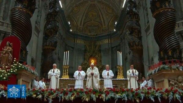 Miles de personas se congregaron en las inmediaciones del Vaticano