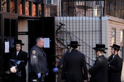 Policías bloquean la entrada de una sinagoga en Brooklyn, Nueva York (Reuters)