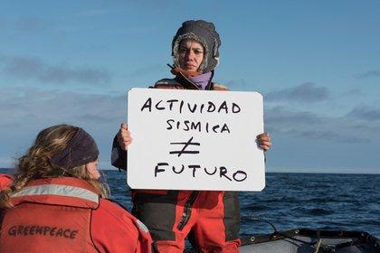 La argentina Fernanda Arduino, en una expedición de Greenpeace contra el bombardeo sísmico de la compañía noruega TGS, autorizada a explorar el Mar Argentino.