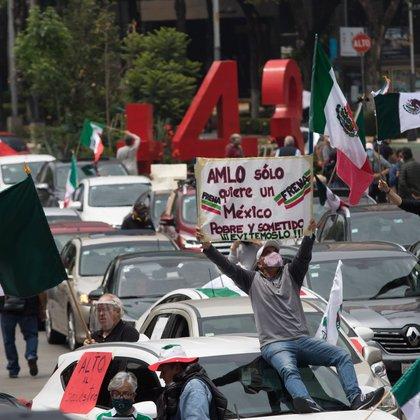 CIUDAD DE MÉXICO, 20SEPTIEMBRE2020.- Integrantes del Frente Nacional Anti-AMLO provenientes de diferentes estados de la República continúan con su plantón sobre avenida Juárez para exigir la renuncia del Jefe del Ejecutivo, al mediodía un caravana en auto de simpatizantes de este movimiento llegaron en apoyo por avenida Reforma, lo que aprovecharon para extender el plantón con casas de campaña en la glorieta en donde cruzan avenida Reforma, Juárez y Balderas. FOTO: MOISÉS PABLO/CUARTOSCURO.COM