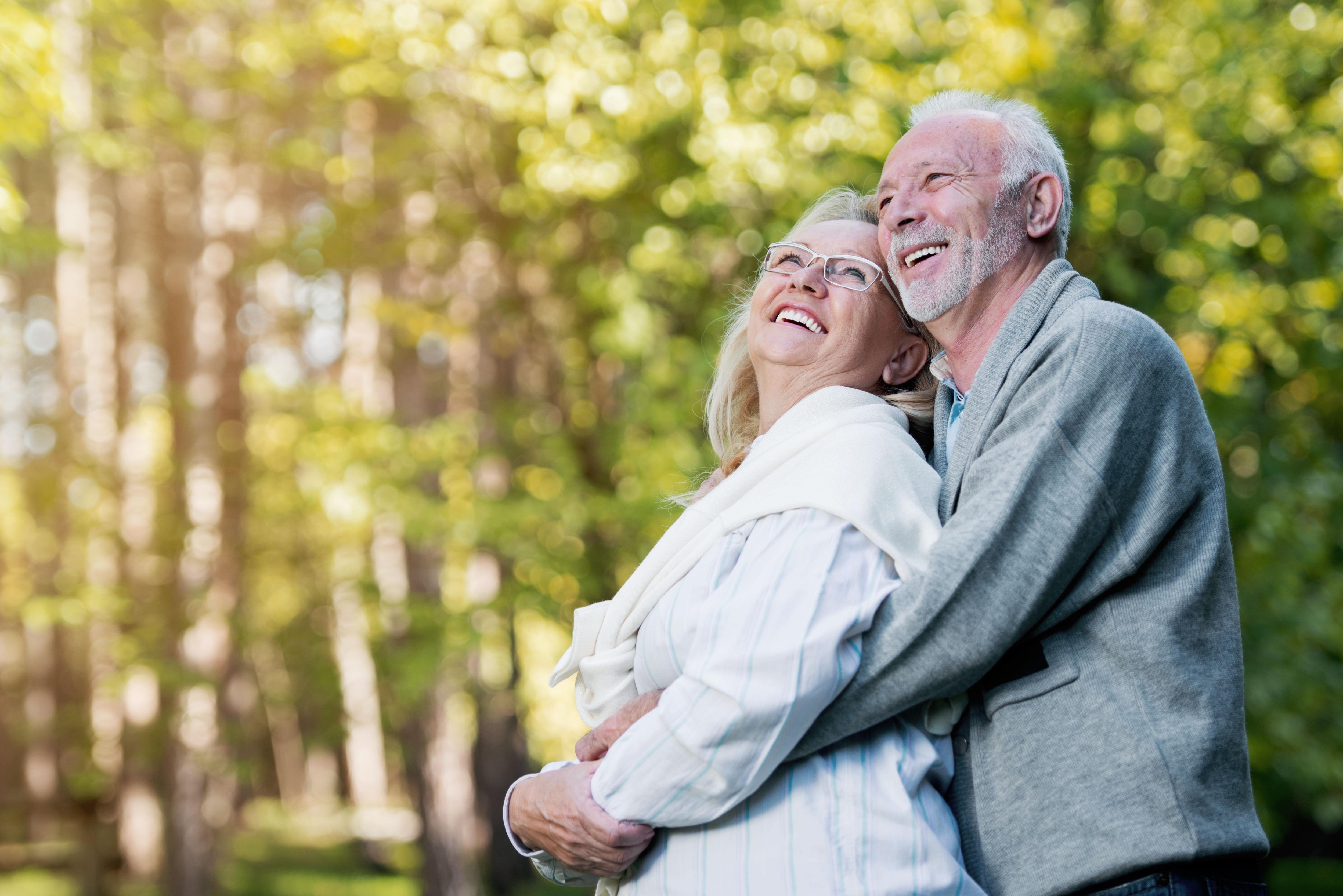 Si las personas quieren mantener una buena salud emocional, y no solo vivir cuantos más años mejor, sino además disfrutarlos, no se aíslen (Shutterstock.com)