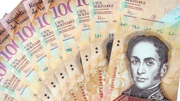 El billete de 100 bolívares equivale a 3 centavos de dólar (iStock)