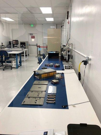 El microsatélite en el laboratorio es sometido a diferentes estudios (NASA)