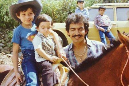 """Joan Sebastián a lado de dos de sus hijos en el rancho """"La Chispita"""". (Foto: @josemanfigueroa/ Instagram)"""