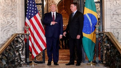 Foto de archivo del presidente de EEUU, Donald Trump, y su par de Brasil, Jair Bolsonaro, en el resort Mar-a-Lago resort en Palm Beach, Florida. Mar 7, 2020. REUTERS/Tom Brenner