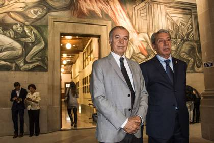 Francisco Cárdenas y el abogado Antonio Jasso, a su salida de la Segunda Sala de la Suprema Corte de Justicia de la Nación, que falló a favor del empresariode suplementos alimenticios (Foto: Cuartoscuro)