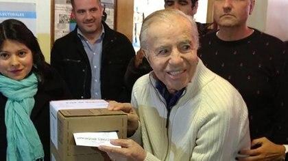 El ex presidente Carlos Menem emitiendo su voto en La Rioja (foto de archivo)