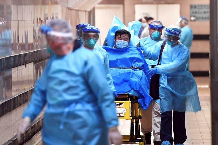 Personal médico transfiere a un paciente de un caso altamente sospechoso de un nuevo coronavirus en el Hospital Queen Elizabeth en Hong Kong el 22 de enero de 2020 (cnsphoto via REUTERS)