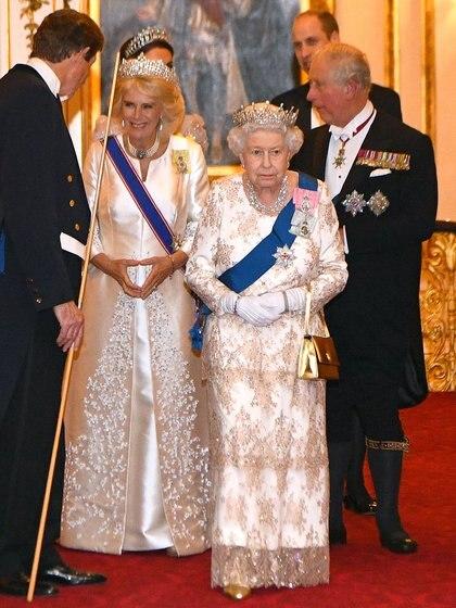 La reina Isabel había prohibido nombrar a Camilla en su presencia, con el tiempo la aceptó