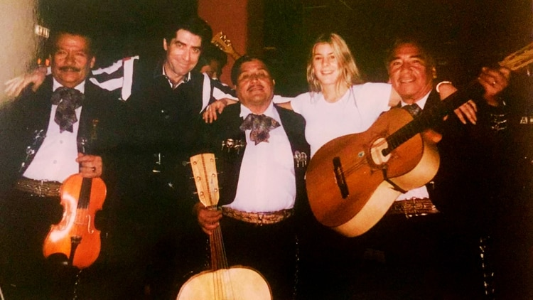 Paula y Joaquín junto a músicos mexicanos durante un viaje en tierra azteca