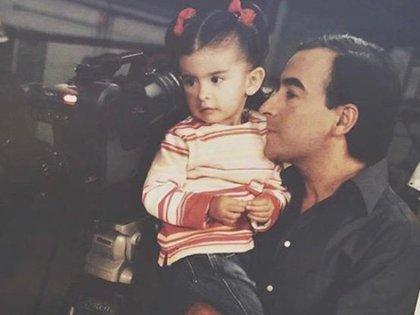 Paola, de dos años, visitando a Adal en un set de grabación (Foto: Cortesía Adal Ramones)