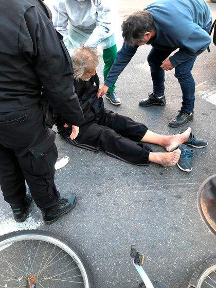 La imagen del Trinche Carlovich minutos después de ser brutalmente golpeado para robarle la bicicleta (@radio2rosario)