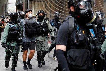 Agentes de la policía antidisturbios detienen a un manifestante antigubernamental durante unas protestas que tuvieron lugar en el Distrito Central en Hong Kong, China, el 27 e mayo de 2020. REUTERS/Tyrone Siu
