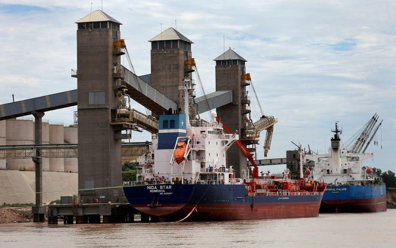 Barcos reciben la carga de granos para la exportación en un puerto sobre el río Paraná, cerca de Rosario (REUTERS/Marcos Brindicci)