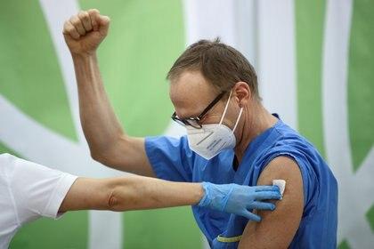 Una trabajador sanitario celebra la vacunación en Viena