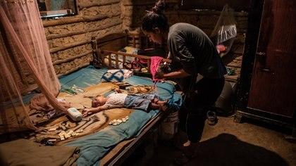 """""""Es como un hueco sin salida. Todo oscuro"""", dice Johanna Guzmán, mientars trata de sobrevivir y alimentar a sus seis hijos. """"Tú volteas por acá: está oscuro; tú volteas ahí y está oscuro""""."""
