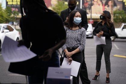 La gente espera en la fila para solicitar puestos de trabajo durante un evento de contratación al aire libre para el resort y casino Circa, el martes 27 de abril de 2021, en Las Vegas.  (Foto AP / John Locher)