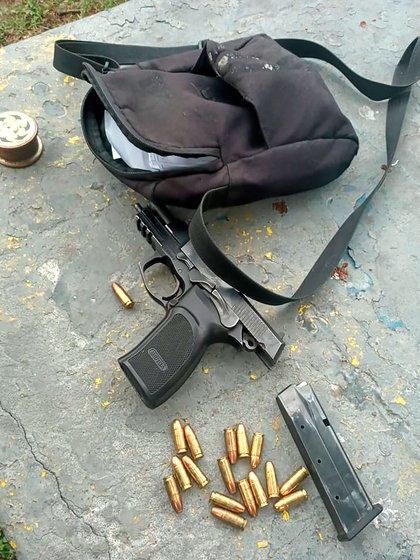 Uno de los revólveres y las municiones secuestrados