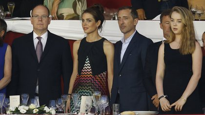 Charlotte acompañada por su hermana menor, la princesa Alexandra de Hannover, su tío, Alberto de Mónaco, y su ex pareja, Gad Elmaleh, padre de su primer hijo (AFP)