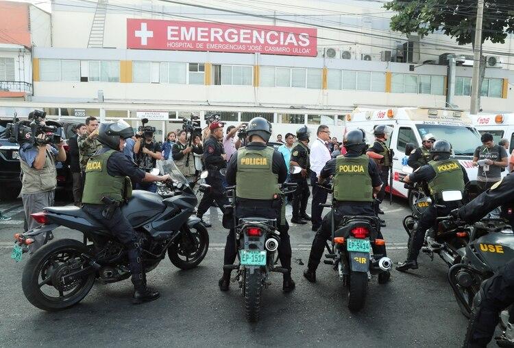 La policía custodia las afueras del hospital Ulloa, mientras militantes a favor y en contra de García chocan en las inmediaciones(REUTERS/Guadalupe Pardo)