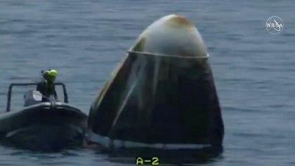 Un equipo de rescate recuperó la cápsula con los astronautas de la NASA, que cayó en el Golfo de México (NASA/Handout via REUTERS)