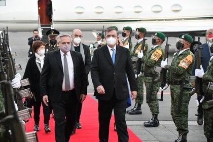 Arrivée d'Alberto Fernández, président de l'Argentine, au Mexique.  Il a été reçu par le ministre mexicain des Affaires étrangères, Marcelo Ebrard (Photo: Reuters)